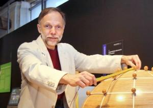 """Ausstellung """"Gravitationswellen"""" im Stadtmuseum. Privatdozent Hans-Peter Nollert erklärt die die nichteuklidischen Geometrien. Bild: Erich Sommer 13.03.2015"""